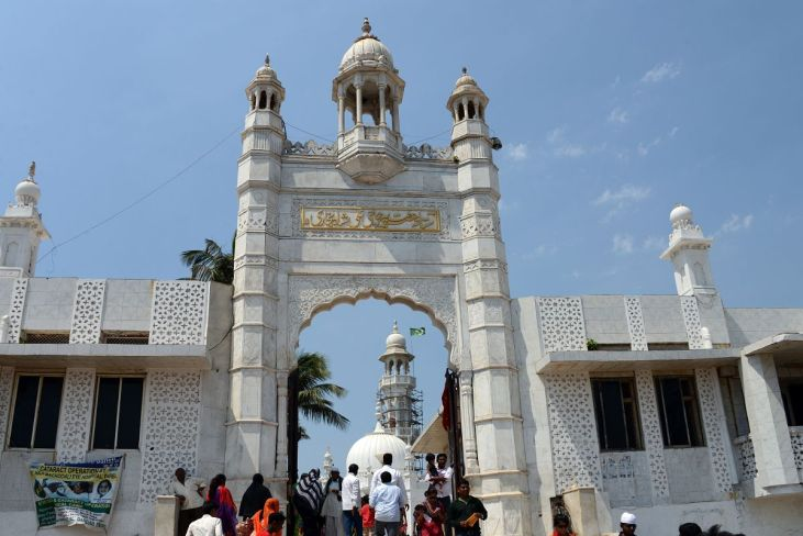 The entrance to the Haji Ali Dargah